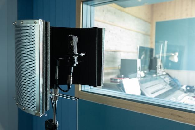 Für diejenigen, die singen möchten, steht im tonstudio ein mikrofon bereit