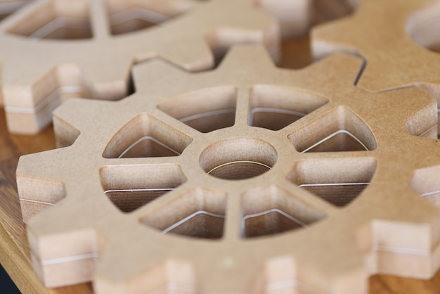 Für ein integriertes entwicklungskonzept liegen große holzzahnräder auf dem tisch