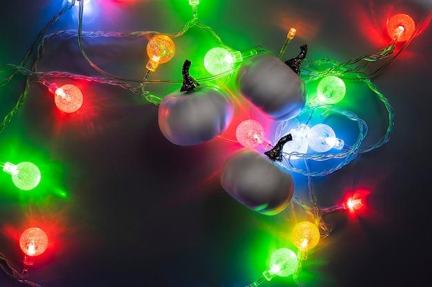 Für frohes halloween mit weißen kürbissen und hellem weihnachtslicht in der nacht. exemplar, anzeigenvorlage im trend, konzeptionelle banner für halloween. geheimnis.