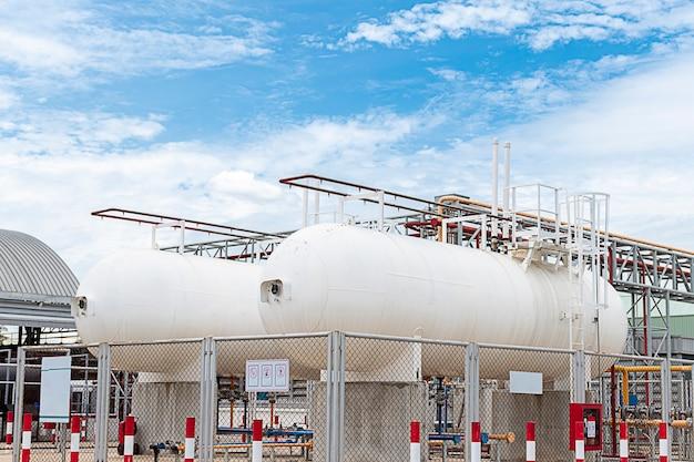 Für industrieanlagen werden zwei weiße heizöltanks verwendet.
