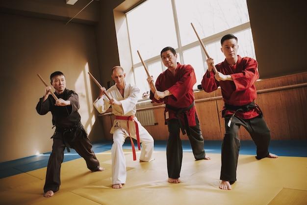 Für karate-männer in trainingsübungsmethoden mit stöcken
