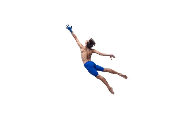 Für sonne. männlicher moderner balletttänzer, kunst-contemp-performance, blaue und weiße kombination von emotionen. flexibilität, anmut in bewegung, aktion auf weißem hintergrund. mode und schönheit, artwork-konzept.
