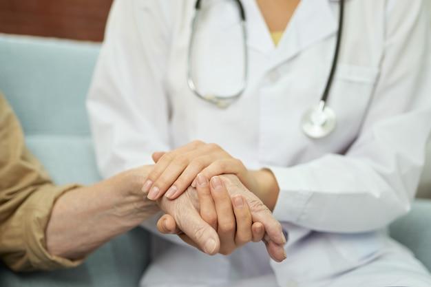Fürsorgliche krankenschwester, die den männlichen patienten während der behandlung unterstützt