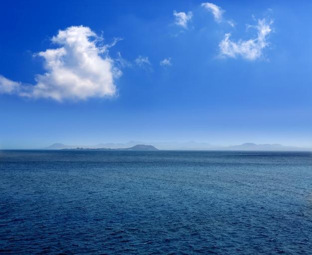 Fuerteventura-ansicht von lanzarote in atlantik