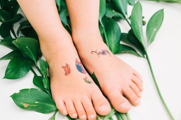 Füße auf blättern