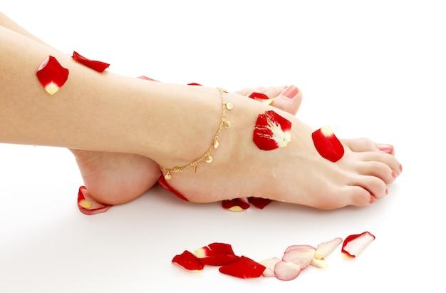 Füße der dame, die im spa auf weiß entspannt