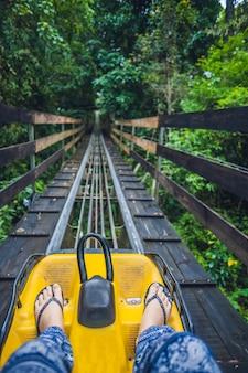 Füße einer jungen frau auf alpine coaster