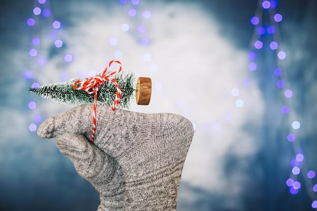 Füße halten spielzeug weihnachtsbaum