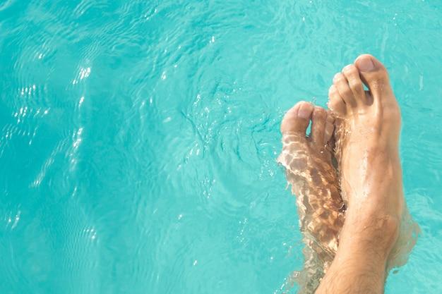 Füße im poolwasser