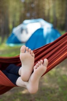 Füße in einer hängematte in der natur