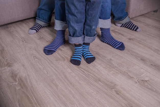 Füße in socken. leute in blue jeans, blaue socken. menschen beine, körperteil.