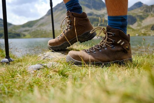 Füße in trekkingstiefeln am boden