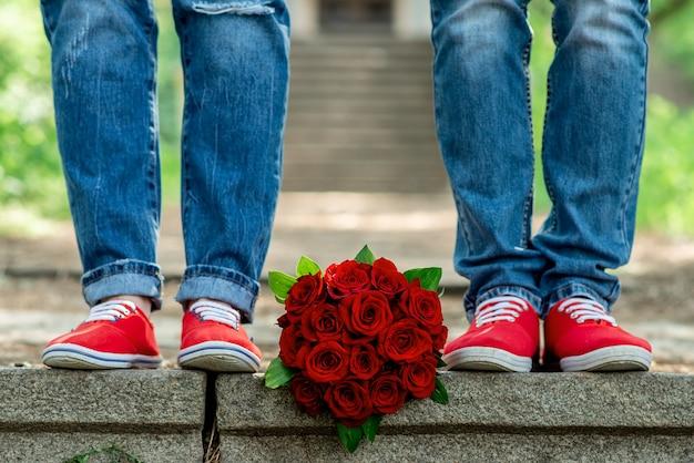 Füße in turnschuhen und jeans. verliebtes pärchen
