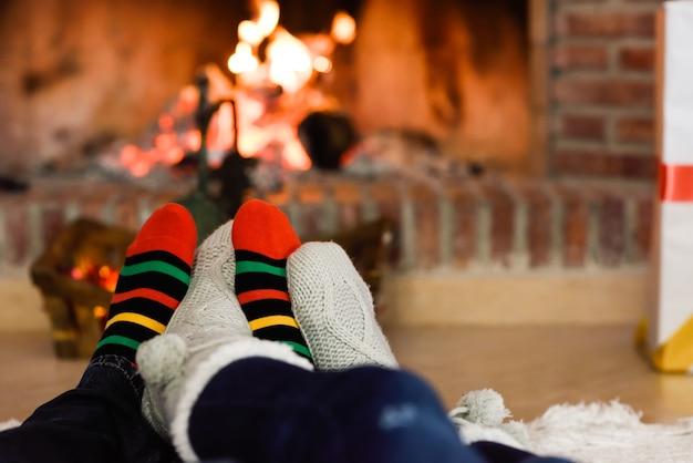 Füße in weihnachten socken in der nähe kamin