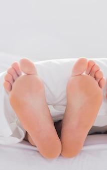 Füße ragten aus der decke
