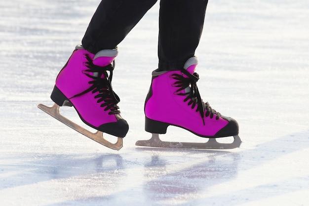Füße schlittschuhlaufen auf der eisbahn. sport- und winterurlaub