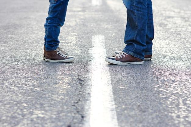 Füße vater und kind gehen die straße entlang