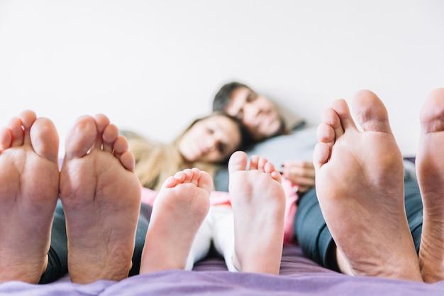 Füße von eltern mit ihrer tochter