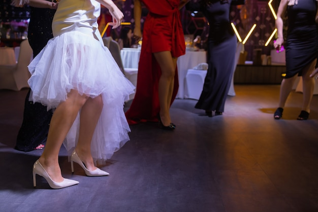Füße von leuten, die auf einer clubparty tanzen, nicht wiederzuerkennen