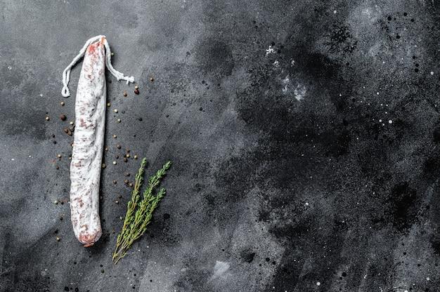 Fuet salami und rosmarin. traditionelle spanische wurst. draufsicht.