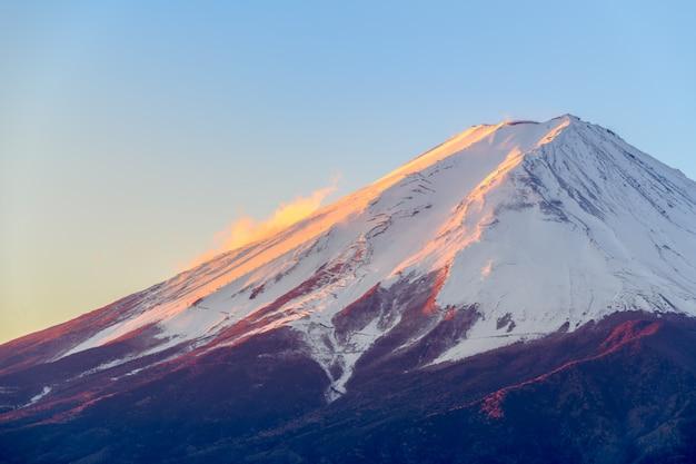 Fuji-berg mit schneedecke auf der oberseite