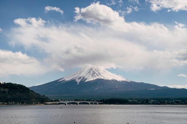 Fuji-berg und große wolke, japan