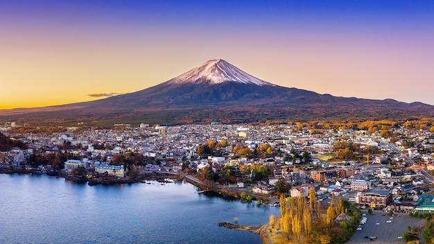 Fuji berg und kawaguchiko see bei sonnenuntergang, herbstsaison fuji berg bei yamanachi in japan.