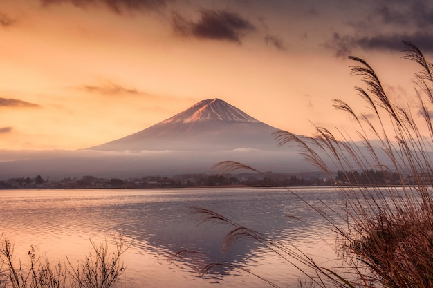 Fuji-san gebirgsreflexion auf kawaguchiko see am sonnenaufgang