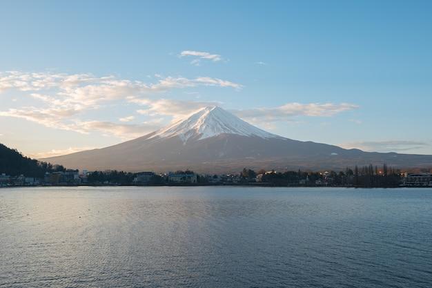 Fujisan berg mit blick auf see kawagushiko in japan.