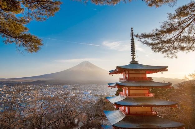 Fujiyoshida, japan an der chureito-pagode und am berg fuji bei sonnenuntergang