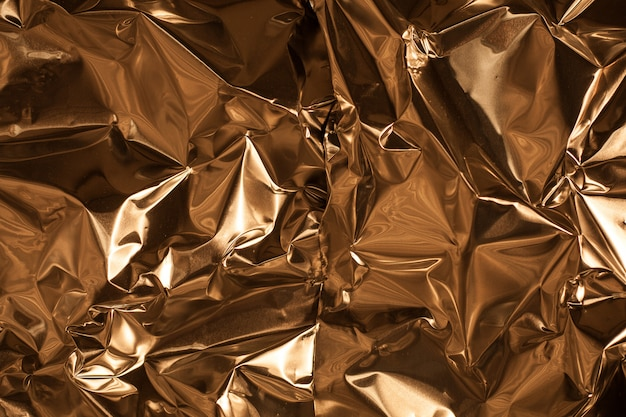 Full-frame-aufnahme eines zerknitterten blattes aus goldener aluminiumfolie