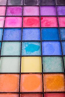 Full-frame-schuss von palette mit multi farbigen lidschatten pulver