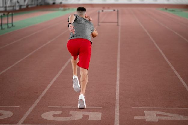 Full shot athlet läuft zurück ansicht