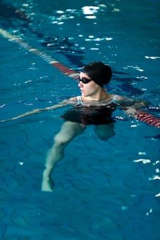 Full-shot-athleten schwimmen mit brille go