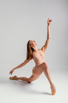 Full shot ballerina mit spitzenschuhen