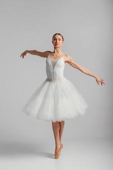 Full shot ballerina stehend auf spitzenschuhen