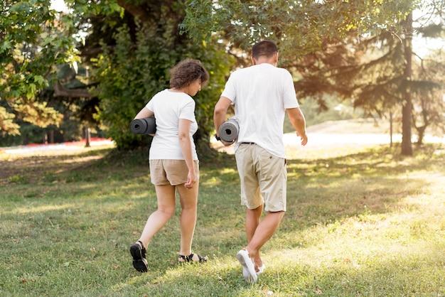 Full shot erwachsener mit yogamatten