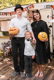 Full shot familie posiert zusammen