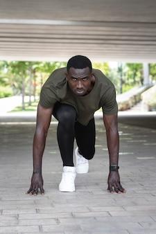 Full shot fit mann bereit zu rennen