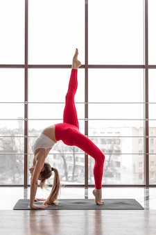 Full shot frau macht yoga