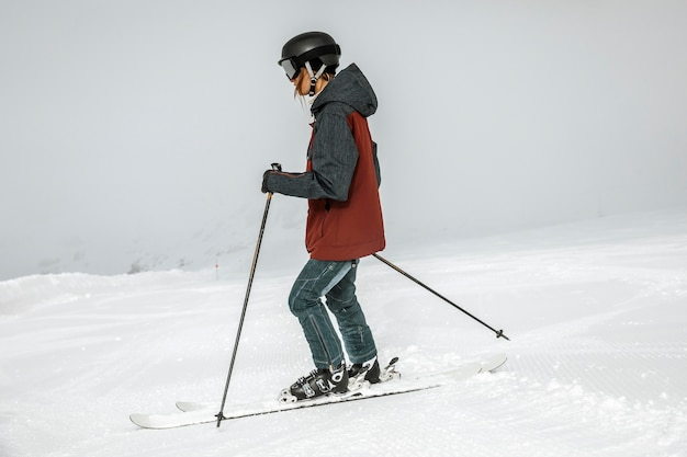 Full shot frau skifahren