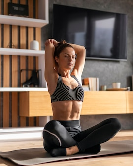 Full shot frauentraining auf yogamatte