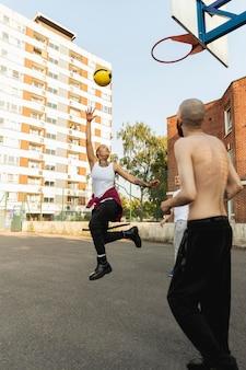 Full-shot-freunde, die basketball spielen