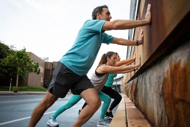 Full-shot-freunde, die draußen zusammen sport treiben