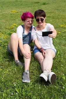 Full shot freunde nehmen selfie zusammen