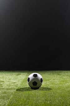 Full shot fußball auf dem spielfeld