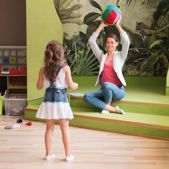 Full shot girl und lehrer spielen zusammen