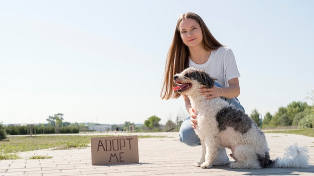 Full shot mädchen mit hund und adoptiere mich zeichen