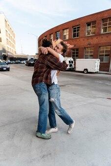 Full shot männer umarmen sich