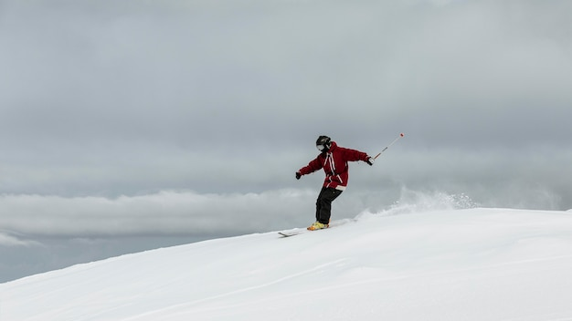 Full shot man skifahren